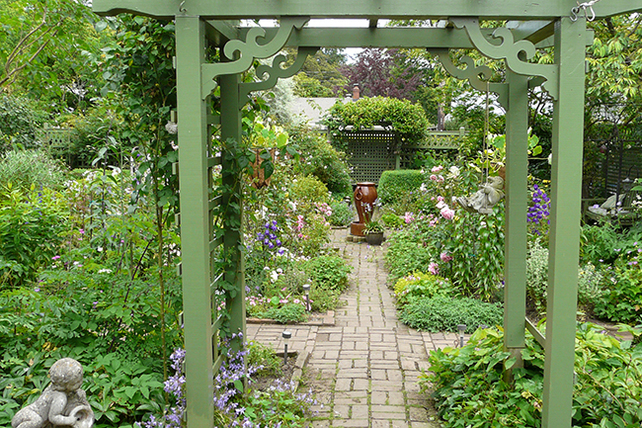 East-west-axis,-looking-east,-pergola-to-parterre-garden-P1030972-web650x433