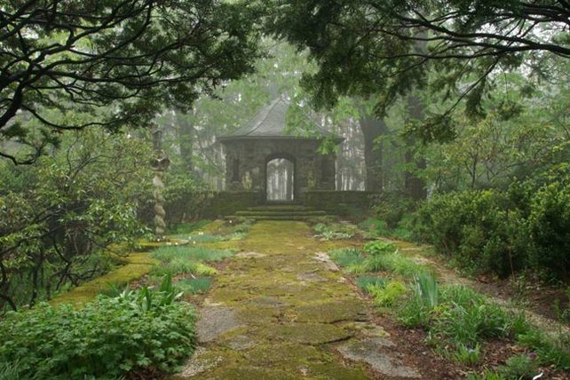 Greenwood_Summerhouse-walk_Ken-Druse-web650x433